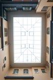 Tetto di vetro rettangolare nell'iarda-bene fotografia stock libera da diritti