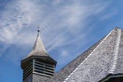 Tetto e campanile con il gallo segnavento di vecchia chiesa di legno nelle alpi svizzere Fotografie Stock Libere da Diritti