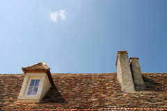 Tetto e cielo blu della finestra Immagini Stock