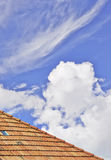 Tetto e nuvole Fotografie Stock