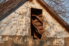 Tetto e soffitta abbandonati della casa immagini stock