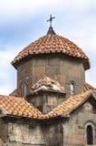 tetto a forma di ombrello, coperto di mattonelle rosse e di incrocio forgiato sulla chiesa cruciforme Karmravor Fotografia Stock Libera da Diritti