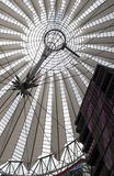 Tetto futuristico a Sony Center, Potsdamer Platz, Berlino, Germania. Fotografia Stock Libera da Diritti