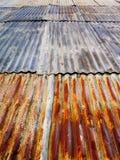 Tetto ondulato arrugginito del metallo Fotografie Stock Libere da Diritti