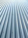 Tetto ondulato del metallo con i ribattini su fabbricato industriale Immagini Stock