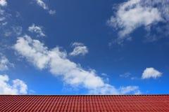 Tetto rosso sul fondo del cielo delle nuvole Fotografie Stock Libere da Diritti