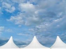 Tetto superiore di un cielo blu nuvoloso dei agains della tenda di circo fotografie stock libere da diritti