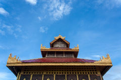 Tetto tailandese con il fondo del cielo Fotografie Stock