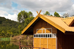 Tetto tailandese della casa un cielo blu piacevole Immagine Stock