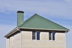 Tetto verde della casa bianca del mattone Fotografie Stock Libere da Diritti