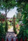 Tettoia del giardino circondata da un bello giardino decorativo immagine stock