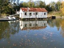 Tettoia della riva del fiume Fotografia Stock Libera da Diritti