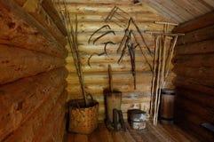Tettoia di legno con gli strumenti del contadino anziano Immagini Stock