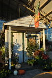 Tettoia di legno del giardino decorata per la caduta Fotografia Stock Libera da Diritti