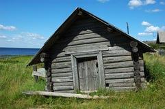 Tettoia di legno sulla banca del lago Fotografia Stock Libera da Diritti