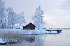 Tettoia di rosso nel paesaggio invernale bianco Fotografie Stock Libere da Diritti