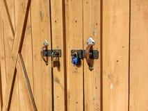 Tettoia fissata con due serrature differenti Fotografia Stock