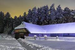 Tettoia nella notte di inverno Fotografie Stock