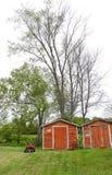 Tettoie e quadrato di rosso degli alberi alti fotografie stock