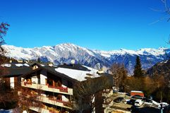 Tettoie variopinte in alpi svizzere Immagini Stock
