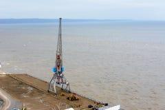 Tetyushi, Tatarstan/Russia - 2 maggio 2019: Vista superiore del pilastro industriale vuoto con la gru del porto del carico sul ba fotografie stock
