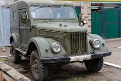 Tetyushy, Tatarstan Russia - 2 maggio 2019: Retro automobile GAZ-69 vicino alla casa nella via La vecchia automobile d'annata GAZ fotografie stock