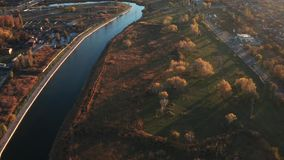 Teuer entlang dem Fluss Glättung von Herbstzeit stock video