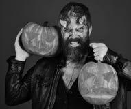 Teufel oder Monster mit Oktober-Dekorationen Mann, der furchtsames Make-up trägt stockbilder