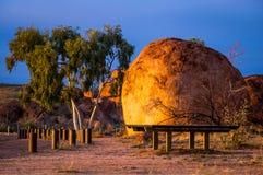 Teufel ` s Marmore im australischen Hinterland stockbilder