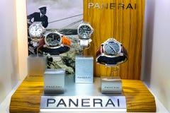 Teure Armbanduhren auf Anzeige im exklusiven Einzelhandelsgeschäft stockfotografie