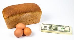 Teure Eier, Brot und Geld Stockfoto