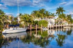 Teure Yacht und Häuser im Fort Lauderdale Stockfotos