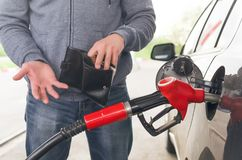 Teurer Kraftstoff Nicht genügend Geld für Benzin stockfotografie