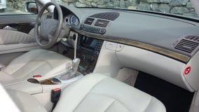Teurer lederner Luxussahneinnenraum einer Motor- vorderen Ansicht der rechten Ecke der deutschen Limousine Lizenzfreie Stockbilder