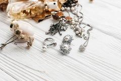Teurer Luxusschmuck schellt Ohrringe und Parfüm auf weißem Rus Stockfoto