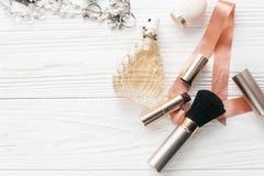 Teurer Luxusschmuck und bilden Wesensmerkmale und parfümieren Ebene Lizenzfreies Stockfoto