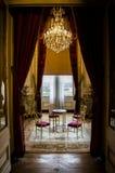 Teurer Luxuswarteraum mit Leuchter Stockfotos