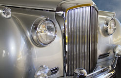 Teures europäisches silbernes Luxusauto Stockfotografie