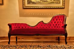 Teures rotes Sofa unter Anstrich Lizenzfreies Stockfoto