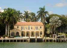 Teures Ufergegendhaus stockfotos