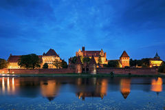Teutonic riddare i den Malbork slotten på natten Arkivbilder