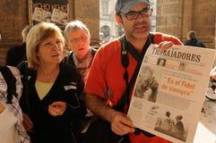 A Tevê-conversa de Fidel Castros com intellectuales cubanos é no jornal a notícia principal fotografia de stock