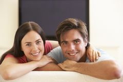 Tevê de observação do tela panorâmico dos pares em casa Foto de Stock
