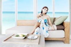 Tevê de observação em uma casa luxuosa Imagens de Stock Royalty Free