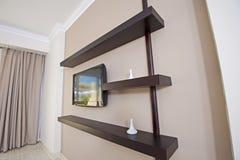 Tevê e prateleiras em um apartamento imagem de stock