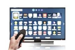 Tevê UHD 4K de Smart controlada pelo controlo a distância Imagem de Stock Royalty Free