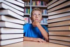 Teveel boeken royalty-vrije stock foto's