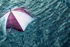 Teveel het regenen? Ontsnap aan het slechte weer, vakantieconcept Stock Fotografie