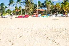 Teveel kitesurfraad over het zand royalty-vrije stock fotografie
