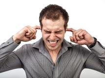 Teveel lawaaiconcept - mens die oren behandelen met vingers stock foto
